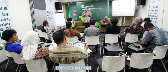 Direktur Pengembangan Bisnis PT Manulife Aset Manajemen Indonesia, Putut E Andanawarih, menjelaskan program-program persiapan pensiun dari pemerintah dan swasta. [Foto: Ary]