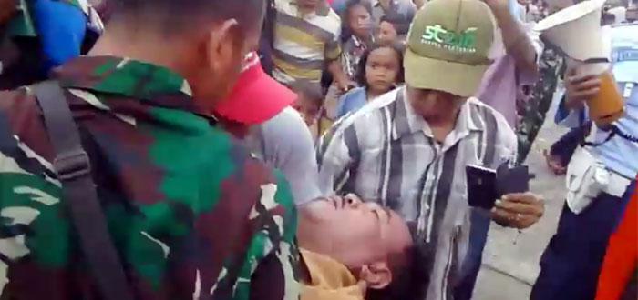 Seorang pengunjung, bernama Ali Imran (53) dievakuasi usai insiden paramotor menimpa tenda yang berada di arena Medan Air Show. Korban akhirnya meninggal saat berada di rumah sakit
