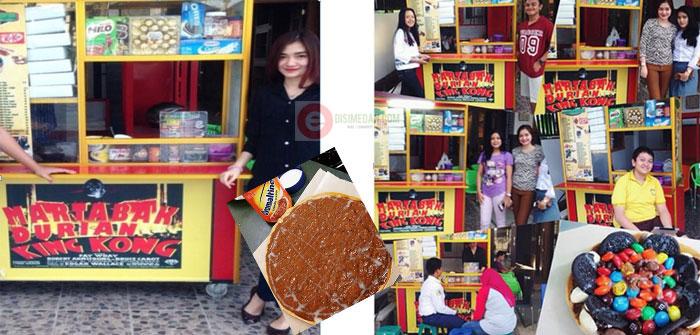 Jihan ketika sedang melayan pelanggan franchise kuliner Martabak Durian King Kong