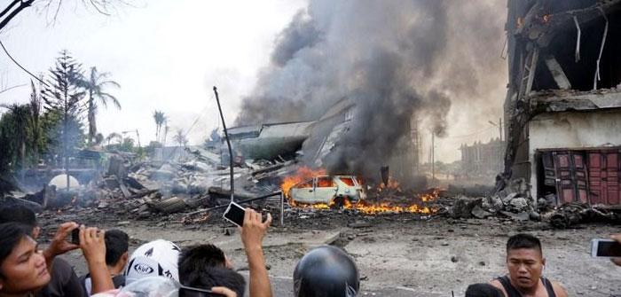 Suasana saat pesawat jatuh dan menimpa pemukiman warga dan menghanguskan satu unit mobil