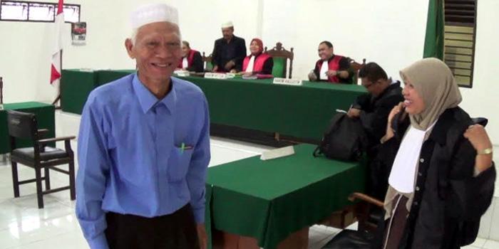 Muhammad Harahap tersenyum gembira usai sidang ekspsi di PN Padangsidempuan. Dalam sidang yang berlangsung Selasa (29/9/2015), Ketua Majelis menerima eksepsi yang diajukan terdakwa dalam perkara yang dihadapinya.