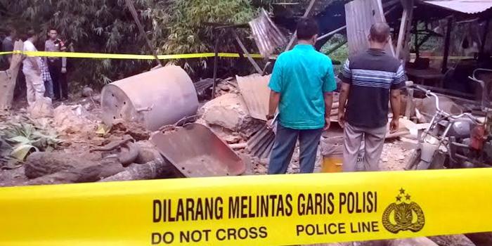 Lokasi pembuatan tahu porak poranda setelah tabung uap pemasak tahu meledak dan menewaskan seorang pekerjanya. [Foto: Fajar Harahap]