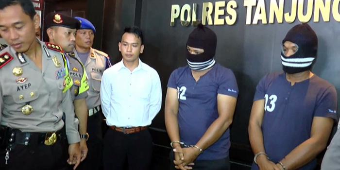 Dua orang pelaku Darwis Sirait (37) dan Andri Siagian (21) yang berprofesi sebagai nelayan  ditangkap karena membawa 1 Kg Sabu kualitas super