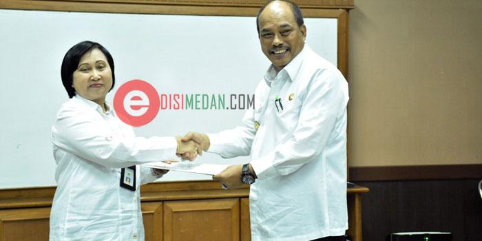 Walikota Tebing Tinggi Umar Zunaidi Hasibuan, serahkan LKPD Kota Tebingtinggi, TA - 2015 kepada BPK-RI Perwakilan Sumut di kantor BPK Jalan Imam Bonjol Medan. Senin (25/4/2016)