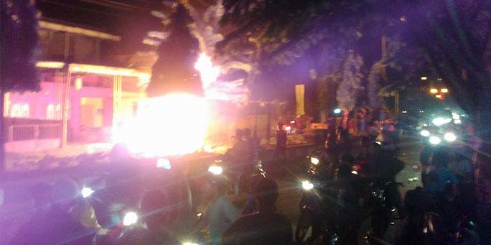Kelenteng di Jalan Sudirman, Tanjungbalai yang dibakar massa ini direkam seorang warga