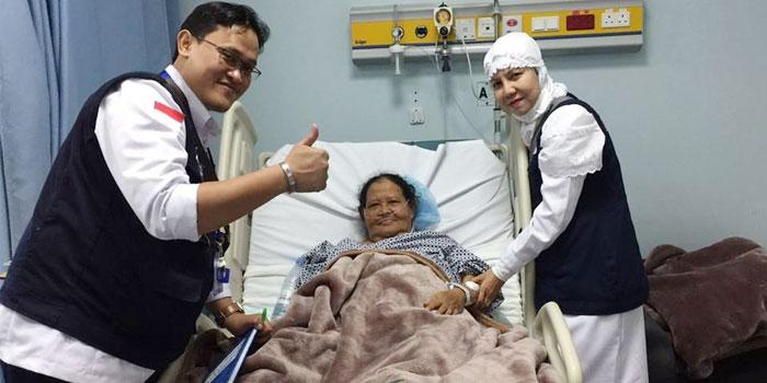 Bersama dr Ikhsan SpPD mengunjungi jemaah Ibu Marsiyem asal Aceh Tamiang di King Faisal Hospital, post operasi jantung pemasangan ring. Dan sekarang sudah membaik. Keluarga yang di Indonesia jangan khawatir.