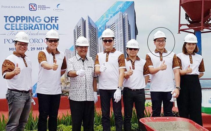 Pria berkacamata dan berkemeja putih dalam jet pribadi mirip dengan petinggi Podomoro City Deli Medan saat Topping off Celebration, 29 Mei 2016 lalu.